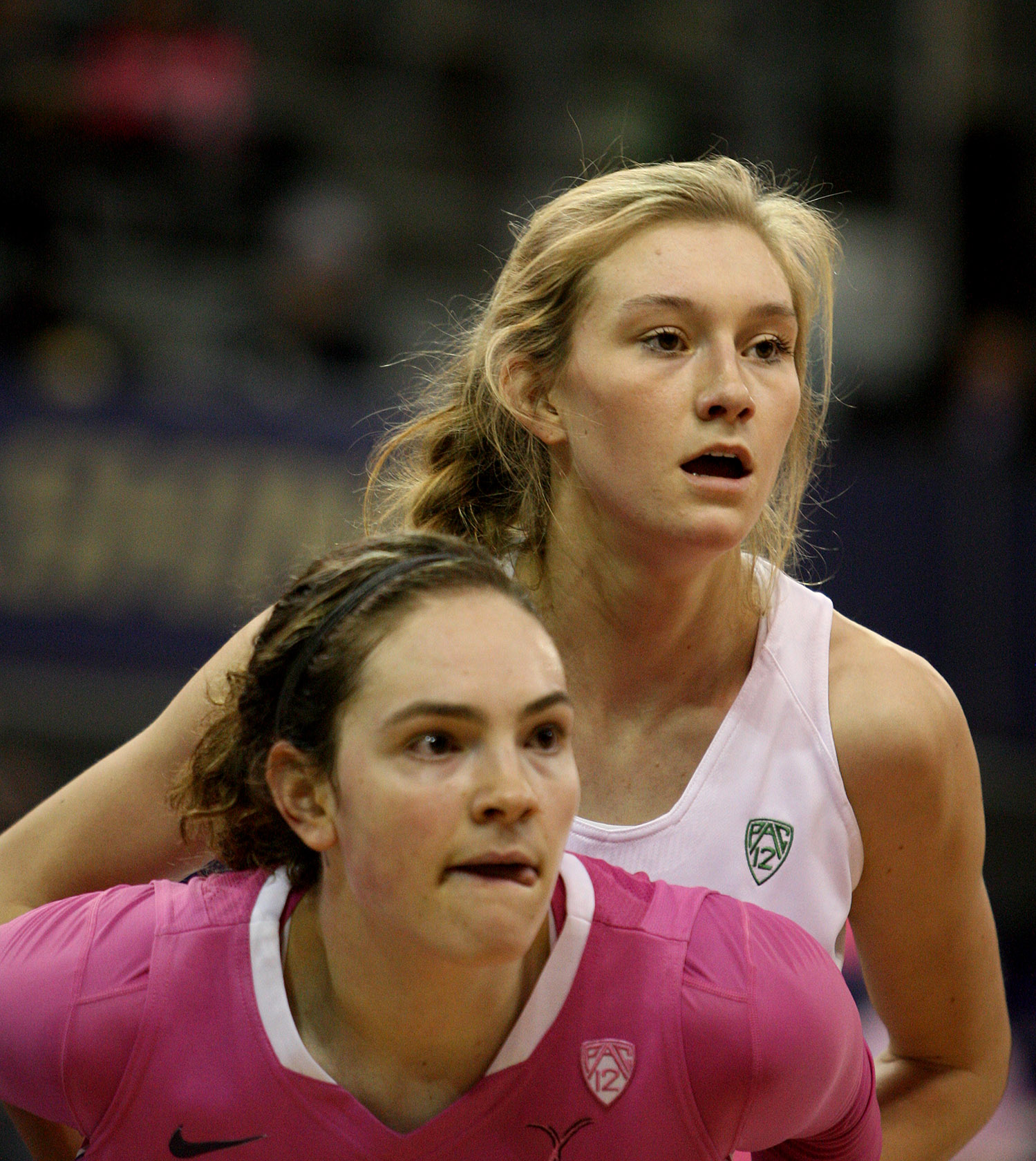 Hannah Johnson of Washington and Oregon's Lydia Giomi wait for an inbound pass.